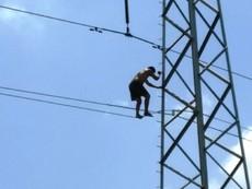 Thanh niên nghi 'ngáo đá' trèo lên cột điện cao hàng chục mét