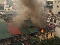 Sau tiếng nổ, cháy lớn ở một khu nhà tập thể