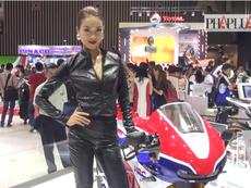 Video: Dàn chân dài khoe sắc triển lãm mô tô, xe máy