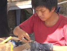 Beo - cậu bé sửa giày miễn phí cho người nghèo