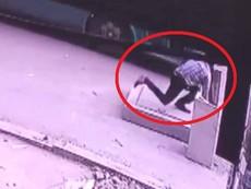 Clip: Người đàn ông đón xe buýt rơi xuống hố ga tử vong