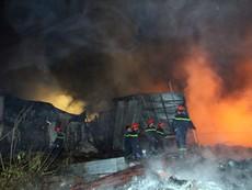 Clip: Cháy lớn trong đêm, 1 xưởng nhựa bị thiêu rụi