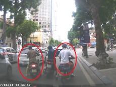 Cô gái bị 4 xe máy dàn cảnh cướp túi xách giữa phố