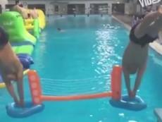 'Há hốc mồm' với những khoảnh khắc khó tin ở bể bơi