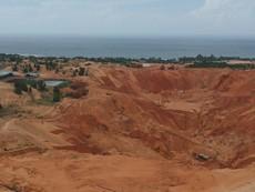 Hoảng với những 'hố bom' bùn đỏ từ thủ phủ titan