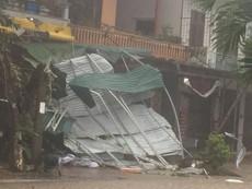Quảng Bình: Nhiều nhà dân bị tốc mái, cây cối gãy đổ