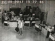 Camera ghi lại toàn bộ vụ cướp ngân hàng ở Vĩnh Long