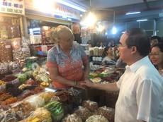 Bí thư Nguyễn Thiện Nhân mua mứt me ở chợ An Đông