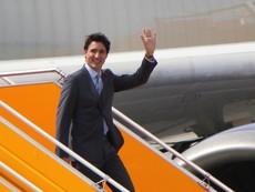 Clip: Thủ tướng Canada rạng rỡ bước xuống chuyên cơ