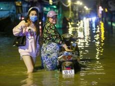 Người  dân TP.HCM lội nước sâu khi triều cường đạt đỉnh