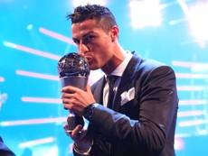 Ronaldo nhận quả bóng vàng trên tháp Eiffel