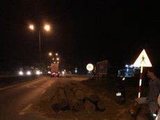 Bị kiểm tra, tài xế trút gỗ xuống đường bỏ trốn