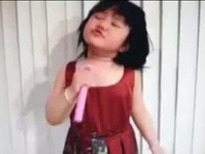 Clip cô bé diễn xuất như ca sĩ chuyên nghiệp