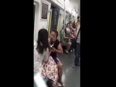 Clip xé váy nhau vì tranh chỗ trên tàu điện ngầm
