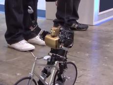 Clip: Chú robot có khả năng chạy xe đạp trên đường thẳng
