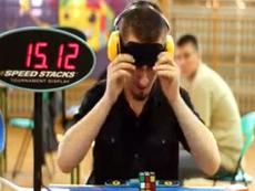 Ngỡ ngàng với khả năng che mắt xếp Rubik siêu nhanh