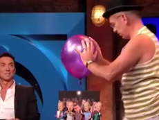 Clip: Màn biểu diễn kịch câm hết sức điêu luyện với quả bóng