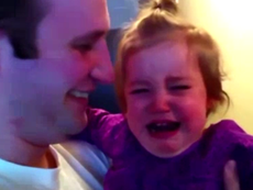 Clip: Bé gái khóc thét lên vì bố cạo râu