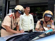 Đối phó CSGT, tài xế mở nắp cabin nói xe hư