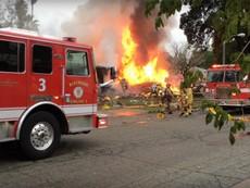 Máy bay lao xuống nhà dân, nhiều nhà bốc cháy ngùn ngụt