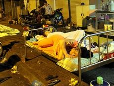 Cảnh người dân phải 'màn trời chiếu đất' vì vụ cháy ở trung tâm Sài Gòn