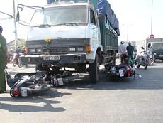 Xe tải ủi hàng loạt xe máy chờ đèn đỏ, 10 người nhập viện