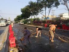 Hàng trăm chai bia rơi xuống đường, người Sài Gòn xúm vô dọn giúp