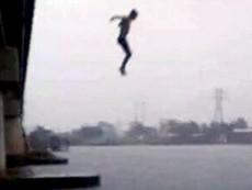 Nam thanh niên đưa ví tiền cho tài xế taxi rồi nhảy cầu Bình Lợi