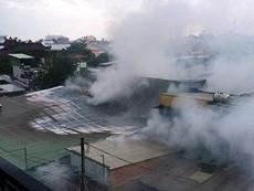 Xưởng vàng mã, sáp nến phát hỏa, 10 nhà dân bị ảnh hưởng