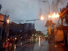 Cáp điện tóe lửa bùng cháy dữ dội, người dân tháo chạy
