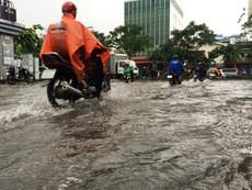 Cửa ngõ Tân Sơn Nhất lại ngập sau cơn mưa