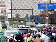 Kẹt xe ở Tân Sơn Nhất, khách bỏ xe chạy bộ vì sợ trễ