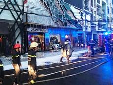 Bảng hiệu karaoke bốc cháy, nhiều người tháo chạy
