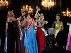 Clip Á hậu thô bạo giật và ném vương miện của Hoa hậu