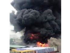 Clip cháy xưởng nhuộm, hàng trăm người hoảng loạn