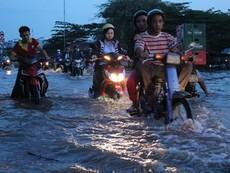 Clip Triều cường, người Sài Gòn bì bõm lội nước về nhà