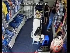 Móc trộm điện thoại trong shop thời trang