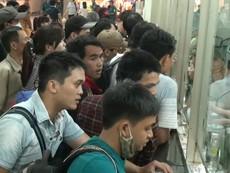 Người dân đổ ra các bến xe tìm mua vé về quê nghỉ lễ