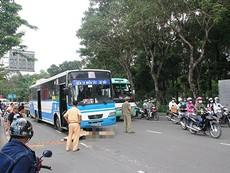 Xe buýt cán chết người, cửa ngõ Tân Sơn Nhất kẹt cứng