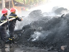 Cháy lớn, kho phế liệu chứa vỏ xe ô tô cũ bị thiêu rụi