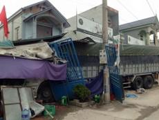 Xe tải mất lái tông sập năm ngôi nhà