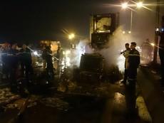 Xe container bốc cháy dữ dội trên cầu Thanh Trì