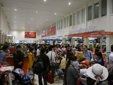 Hành khách ngùn ngụt đổ về 'đốt nóng' các bến xe, sân bay