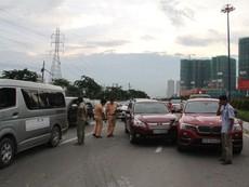 3 'xế hộp' hạng sang bị xe ben húc móp trên xa lộ Hà Nội