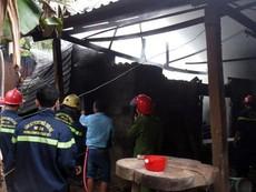 Xưởng gỗ bốc cháy sau tiếng nổ lớn