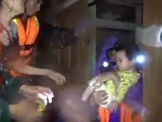 Clip: Tình quân dân Quảng Bình trong đêm mưa lũ
