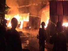 Cận cảnh vụ lửa thiêu rụi một xưởng gỗ ở Hóc Môn