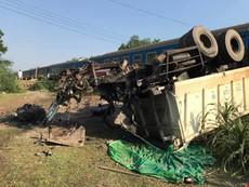 Clip hiện trường vụ tàu hoả đâm xe tải, 3 người chết