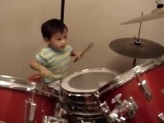 Cậu bé 23 tháng tuổi chơi trống siêu đáng yêu