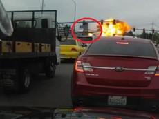 Mỹ: Máy bay rơi sát cao tốc tấp nập, cháy dữ dội
